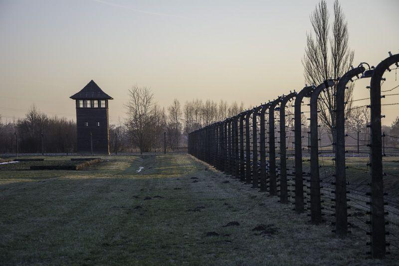 Visitar el memorial del campo de concentración de Auschwitz.